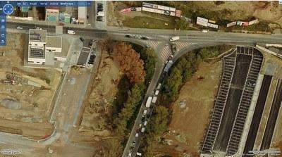 Preocupació municipal per la manca de manteniment de l'asfaltat del pont sobre el riu Ripoll.