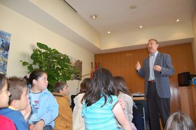 Els nens i nenes de Ripollet aprenen com funciona l'Ajuntament.