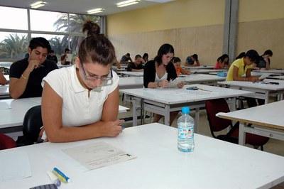 Una seixantena d'alumnes de Ripollet s'examinen per accedir a la universitat.