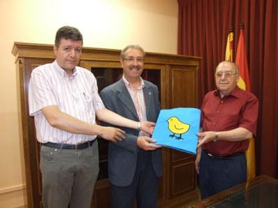 L'Alcalde de Ripollet lliura la bandera del municipi al Jutjat de Pau.