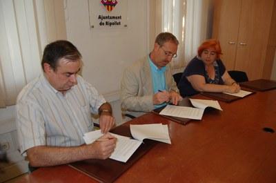 L'Ajuntament de Ripollet renova el conveni del reciclatge d'oli dels comerços locals.