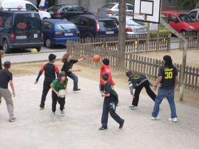 Els joves ripolletencs fan Esports als Parcs.