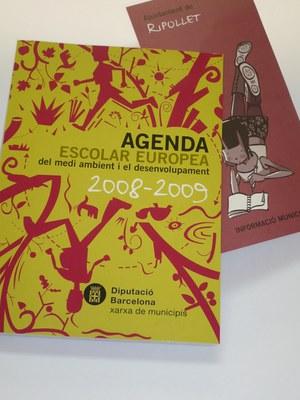 Els alumnes de secundària de Ripollet reben l'agenda escolar europea.