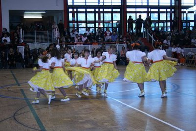 Centenars de persones participen a la ballada de gitanes.