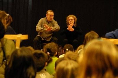Hora del conte a la Biblioteca de Ripollet sobre el llenguatge de signes.