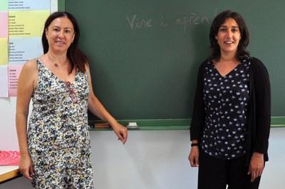 Anna Gayà i Lídia Ponsatí a l'aula dels cursos de català, al Centre Cultural de Ripollet.