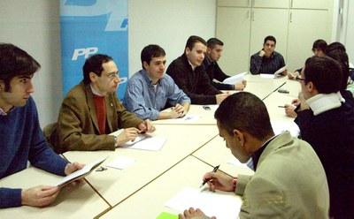 Les Noves Generacions del Partit Popular de Ripollet debaten sobre l'habitatge.