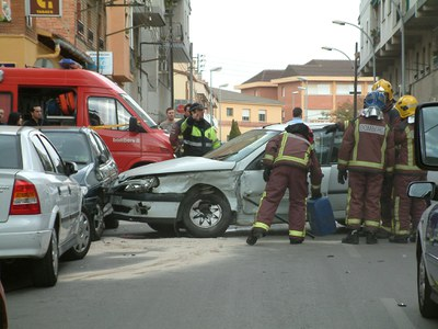 Un accident de trànsit bloqueja el carrer de Pau Casals.
