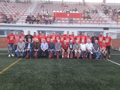 Fotografia de l'homenatge als exjugadors del CF Ripollet. Fotos: Ramón Argenté..