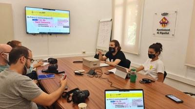 Els regidors Oriol Mor i Andrea Guijarro, explicant el nou portal durant la seva presentació.