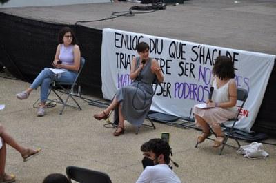 Jenn Díaz, a la presentació del llibre, acompanyada d'Ainara Tatché i Núria Escursell de Jovent Republicà.