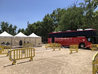 El banc de sang i SEAT han col·laboren amb Salut cedint les vehicles per fer la vacunació itinerant..