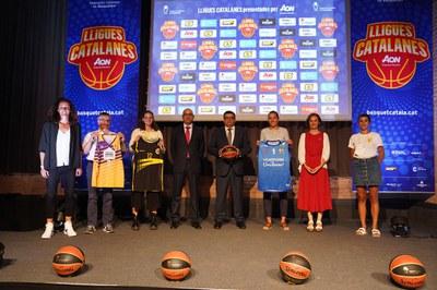 La regidora d'Esports, Andrea Guijarro (a la dreta de la foto), a la presentació de les Lligues Nacionals Catalanes AON 2021..