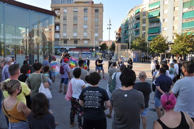 La concentració de Proud LGTBI Ripollet va aplegar desenes de persones malgrat la calor.
