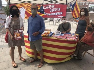 Àngels Pujol, presidenta de Dones per la República i Josep M. Vinyes, president de Ripollet per la Independència, amb altres voluntaris..