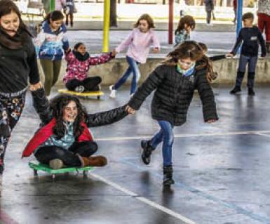 Escola Tiana de la Riba alumnat al pati