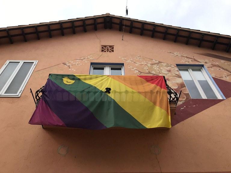 Bandera LGTBI amb el llaç negre a Cal Teixell