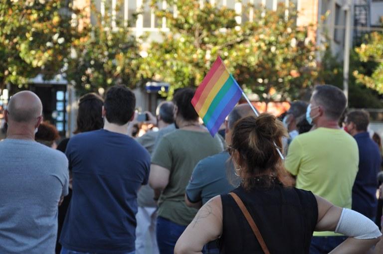 Assistents a la concentració contra la LGTBI-fòbia amb banderes LGTBI